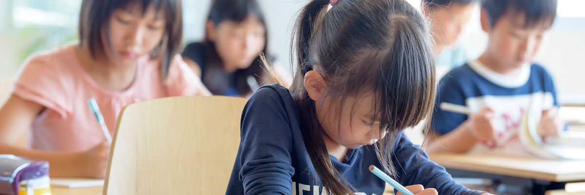 勉強する生徒のイメージ