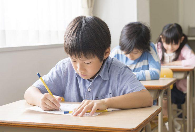 テストを受ける小学生のイメージ