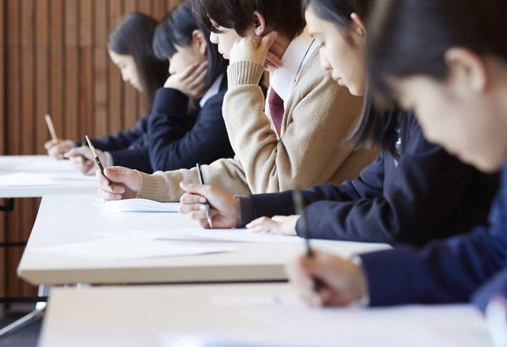 試験を受ける高校生のイメージ