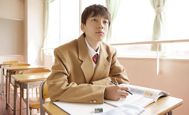 勉強する中学生のイメージ